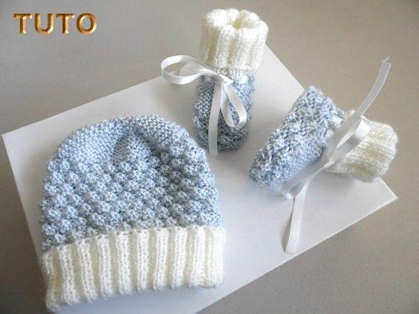 489833fe713e Explications tricot bébé tuto Bonnet chaussons bleus pompons ...
